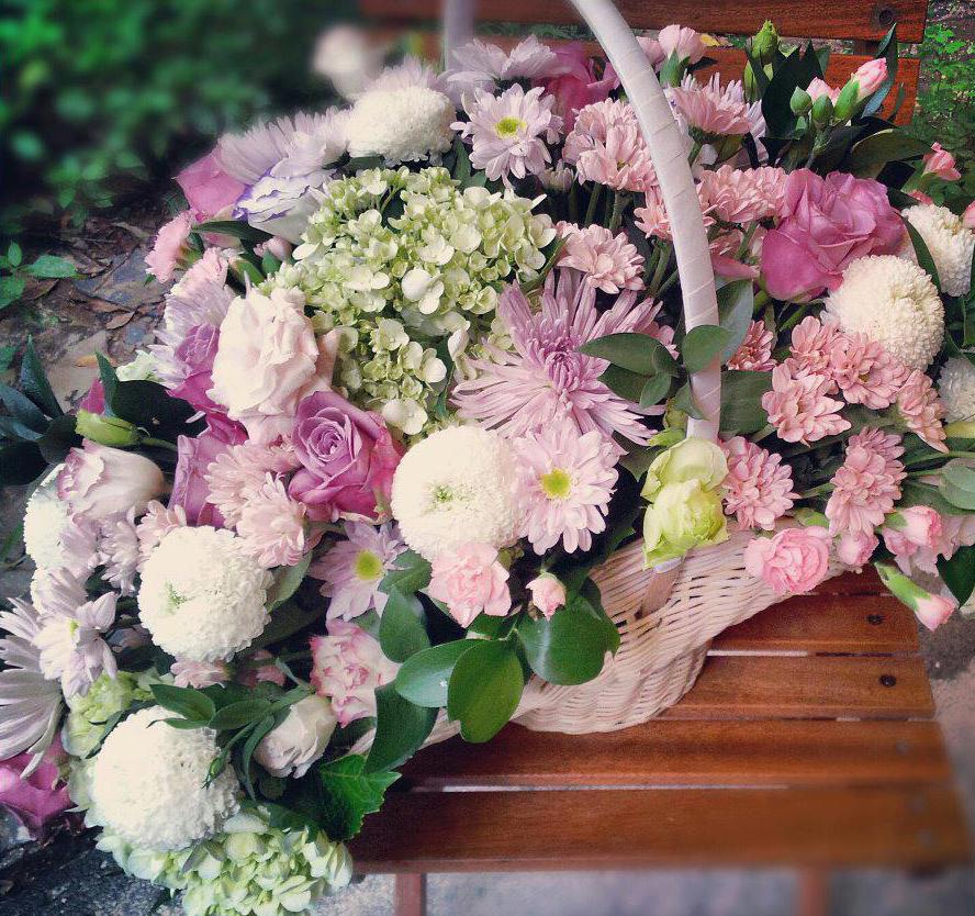 hoa tươi tiệc cuối năm với giỏ hoa màu sắc